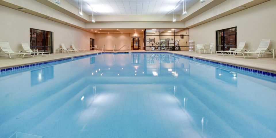 crowne-plaza-milwaukee-pool.jpg